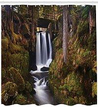 Cascata sul ponte di legno nella foresta esotica