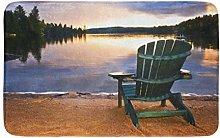 Colorato sedia in legno sulla spiaggia del lago