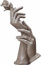 DealMux mani che tengono la scultura di rosa,