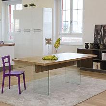 Tavolo moderno con gambe in vetro piano con bordo